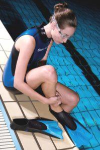 Schwimmflossen anziehen